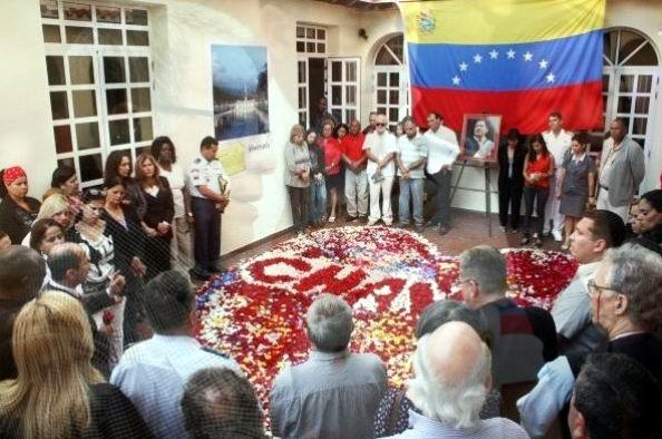 Todos los presentes en el acto colocaron pétalos de flores formando un corazón y el nombre de Chávez. Foto: Cortesía de la oficina de prensa de la embajada de Venezuela en Cuba.