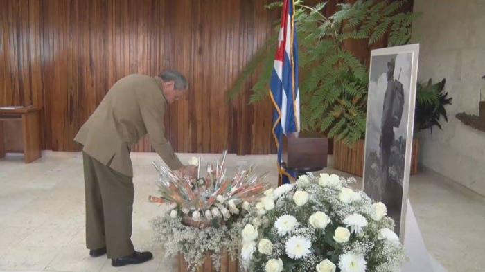Firma Raúl Castro juramento de fidelidad al Concepto de Revolución de Fidel. Foto: Granma.cu