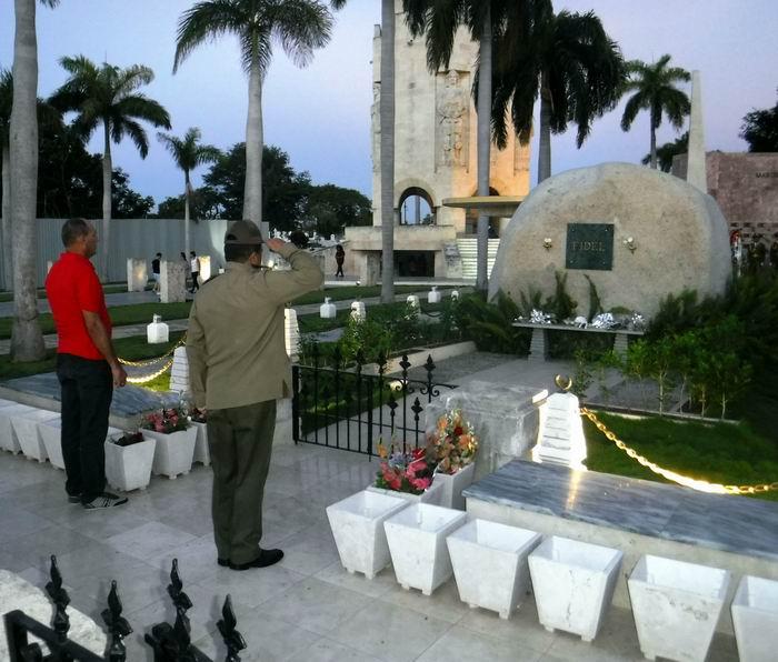 Homenaje a Fidel ante la Piedra Monumento donde reposan sus cenizas en el cementerio Santa Ifigenia. Foto: Carlos Sanabia