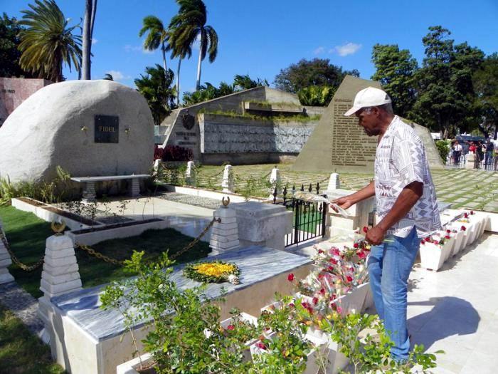 Danny Glover reiteró su admiración hacia Fidel ante la roca que guarda sus cenizas. Foto: Eduardo Palomares
