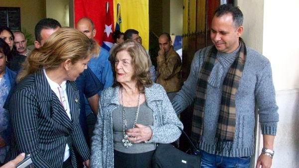 Sólo bastó un breve encuentro con Chávez para quedar prendada de él, confiesa Carilda Oliver. Foto: José M. Solís.