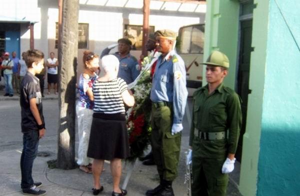 Ofrenda floral en nombre del Pueblo de Cuba colocada por familiares en la intercepción de las Avenidad Martí y Crobet, lugar de su enfrentamiento a esbirros batistianos. Foto: Carlos Sanabia