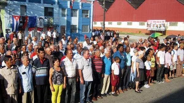 Dirigentes del partido, el gobierno y combatientes de la Revolución junto al pueblo santiguero en la patriotica conmemoración.Foto: Carlos Sanabia