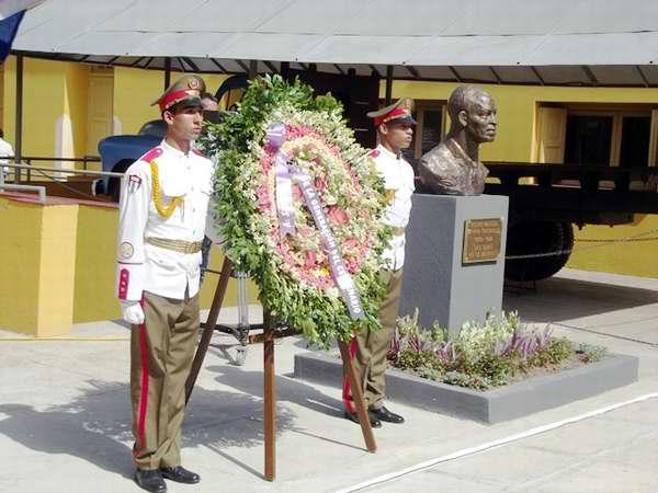 Develación del retrato escultórico del Teniente Pedro Sarría, el militar pundonoroso, quien salvó la vida de Fidel Castro. Foto Miozotis Fabelo