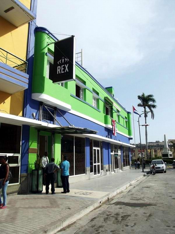 El Hotel Rex, ubicado en la populosa esquina de la Avenida Garzón con la Plaza de Marte, reabre sus puertas a turistas locales y foráneos tras un proceso de reparación capital. Foto Miozotis Fabelo