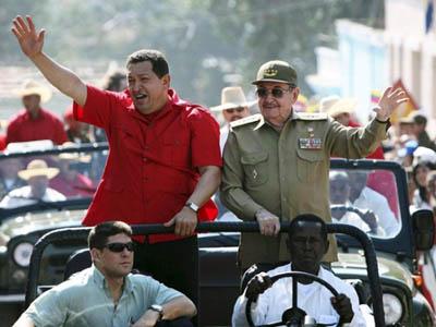 Hugo Chávez y Raúl Castro durante un recorrido por la provincia de Santiago de Cuba.