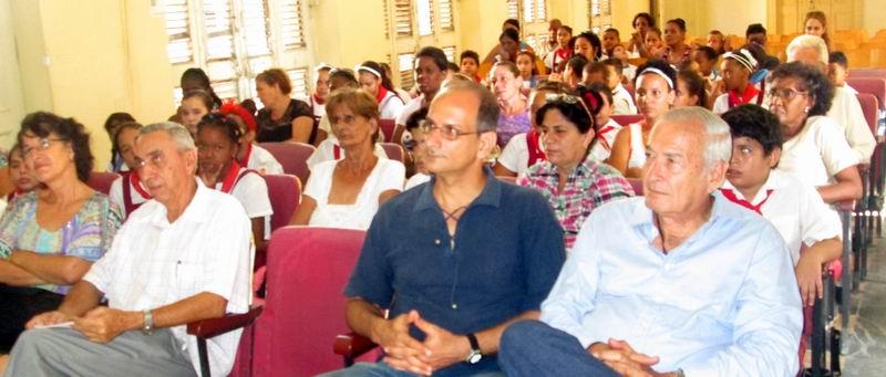 Los anfitriones estuvieron orgullosos de los trabajos y de la disciplina escolar de los alumnos, el primero de los premios. Foto: Yirian García de la Torre.