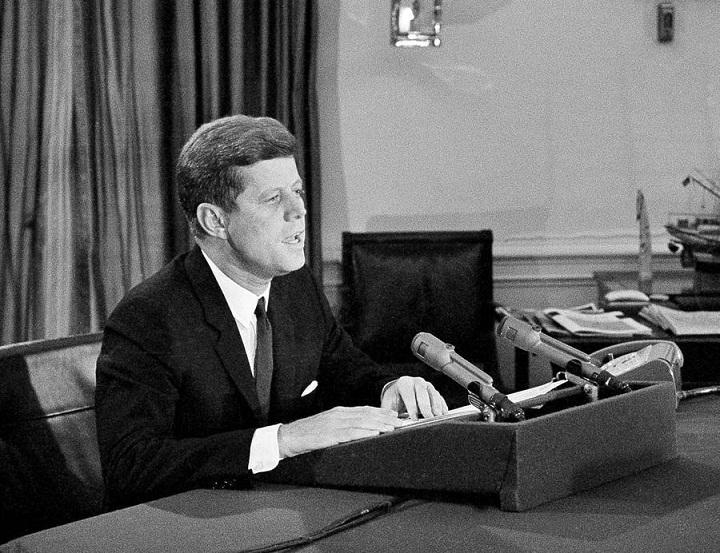 El entonces presidente de los Estados Unidos, John F. Kennedy declaró el bloqueo total contra Cuba a partir de las 12.01 AM del 7 de febrero de 1962