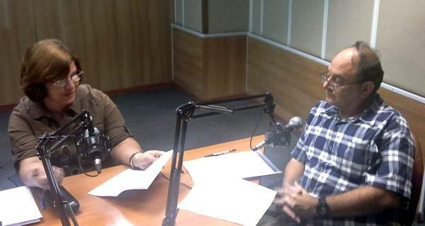 El especialista del MINREX, Jorge Alberto Ferrer, responde a interrogantes de la periodista Angélica Paredes en la emisión de Haciendo Radio del 27 de octubre de 2015.