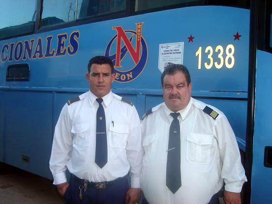 """Los """"Totos"""", le apodan cariñosamente a esta pareja de padre e hijo que trabaja junta en el ómnibus que recorre el tramo Holguín-Habana-Holguín . Foto Aroldo García"""