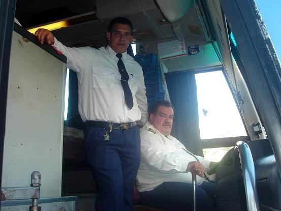 Padre e hijo, los Totos, en el ómnibus. Foto Aroldo García