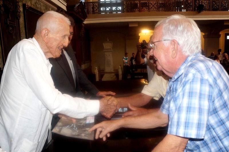 José Ramón Fernández (I), asesor del Presidente de los Consejos de Estado y de Ministros, participa en el acto provincial por el Día del Historiador, celebrado en el Aula Magna de La Universidad de La Habana, Cuba, el 30 de junio de 2017. Foto: Eliana Labarca