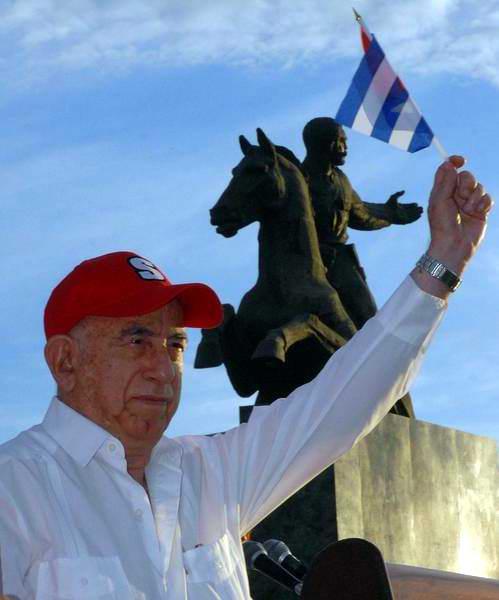 José Ramón Machado Ventura, Primer Vicepresidente de los Consejos d Estado y de Ministros y Segundo Secretario del Partido Comunista de Cuba, presidió el desfile del primero de Mayo en Santiago de Cuba, el 1 de mayo de 2012. (Foto: Miguel Rubiera Justiz)