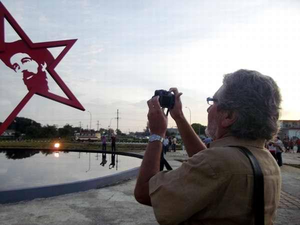El artista José Villa Soberón en la contemplación de su obra. Foto MIozotis Fabelo