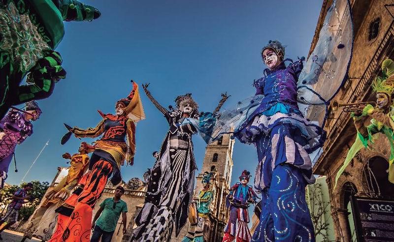 El Grupo de teatro callejero Gigantería regala alegría a su paso