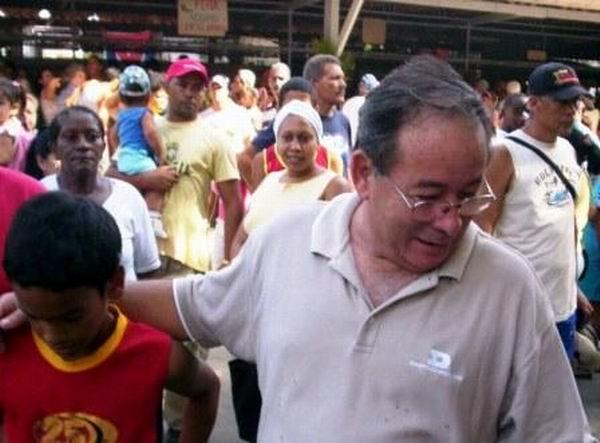 Lázaro Exposito en uno de sus habituales recorridos por barrios de Santiago de Cuba. Foto: Carlos Sanabia
