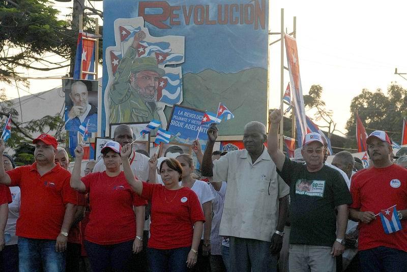 Esteban Lazo Hernández (D), Presidente de la Asamblea Nacional del Poder Popular, preside el desfile por el Día Internacional de los Trabajadores, en la Plaza de la Revolución Antonio Maceo, en Santiago de Cuba, el 1 de mayo de 2016. ACN FOTO/ Miguel RUBIERA