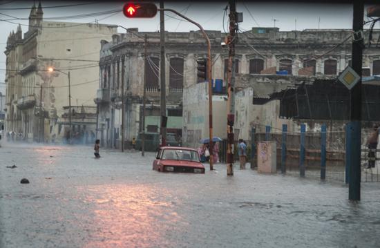 Intensas lluvias en La Habana. Foto: Raúl Pupo