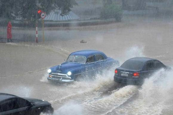Intensas lluvias en La Habana. Foto: Roberto Morejón