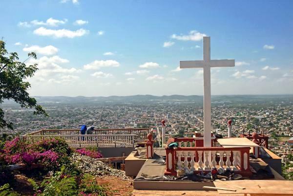 Labores constructivas en la Loma de la Cruz, el 25 de agosto de 2015, desde donde el Papa Francisco bendecirá a la ciudad de Holguín, en su visita pastoral a Cuba, en septiembre próximo. Foto: Juan Pablo Carreras