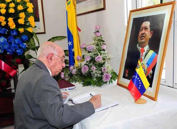 Machado Ventura firmó el libro de condolencias por deceso del líder bolivariano, Hugo Chávez. Foto: Jorge Luis González.