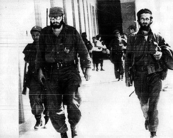 El cienfueguero Verdecia junto a Fidel en la Caravana de la Libertad. Foto cortesía de Verdecia