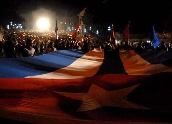 Cientos de antorchas empuñarán los jóvenes en homenaje a Martí. Foto: Abel Rojas