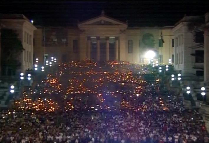 Miles de antorchas en tributo a Martí y a Fidel