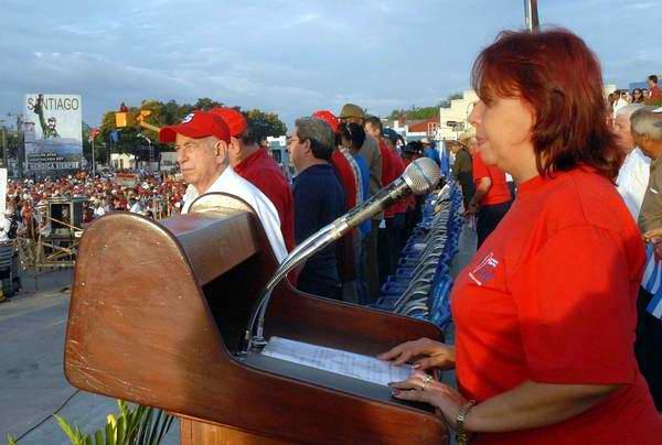 Maria de los Ángeles Cordero (D), Secretaria General de la Central de Trabajadores de Cuba en Santiago de Cuba dijo las palabras de apertura del desfile por el Primero de Mayo en la Plaza de la Revolución Antonio Maceo presidido por José Ramón Machado Ventura (I), Primer Vicepresidente de los Consejos de Estado y de Ministros y Segundo Secretario del Partido Comunista de Cuba, en Santiago de Cuba, el 1 de mayo de 2012. (Foto: Miguel Rubiera Justiz)