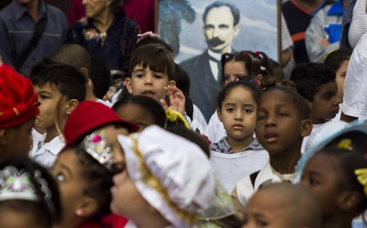Pioneros cubanos junto a José Martí