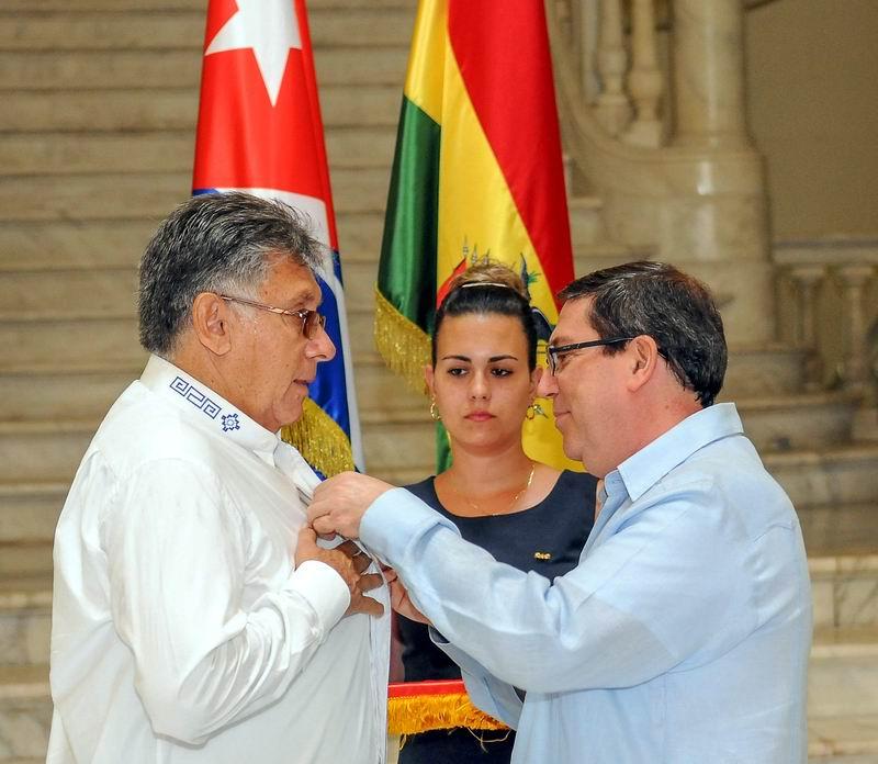 Recibe Embajador Boliviano medalla de la Amistad (+ Audio)