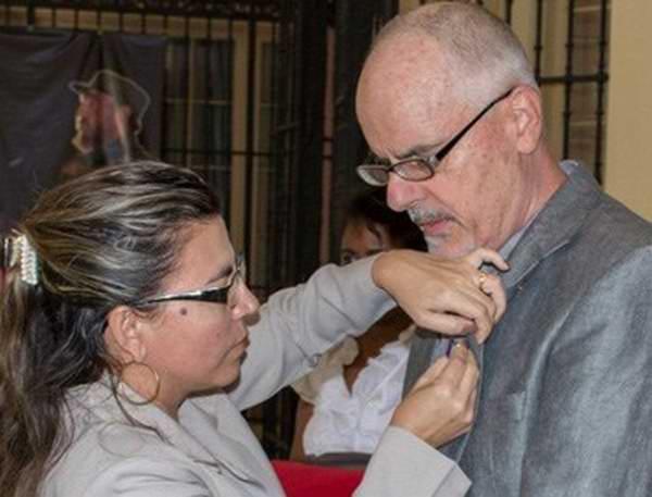 Cuba otorga Medalla de la Amistad a académico australiano (+ Audio)