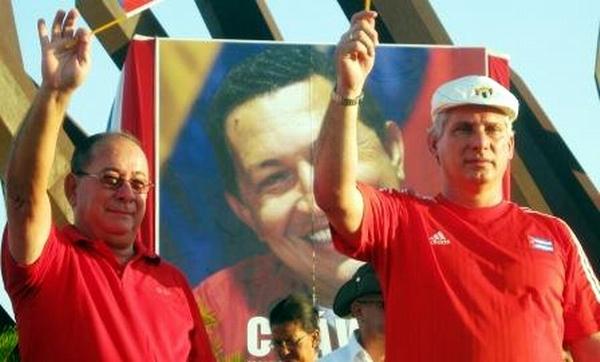 Miguel Díaz Canel junto a Lazaro Exposito saludan desde la Plaza de la Revolución Antonio Maceo a los más de 300 000 santiagueros que desfilaron este Primero de Mayo. Foto: Carlos Sanabia.