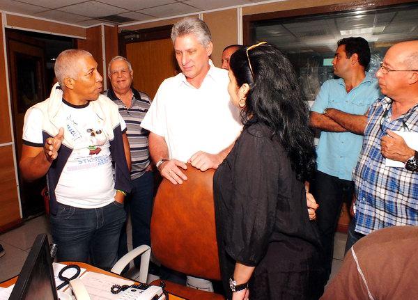 El Primer Vicepresidente del Consejo de Estado y de Ministros, Miguel Díaz-Canel Bermúdez en la cabina de Radio Rebelde