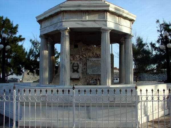 Monumento a los 8 estudiantes de medicina, ubicado en La Punta.
