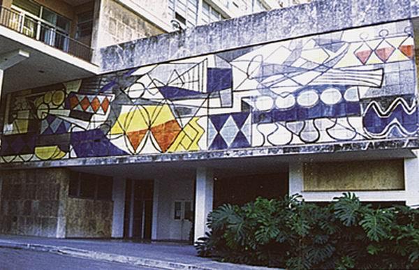 Un mural de la gran Amelia Peláez, titulado Abstracción, se halla en tan importante edificación.
