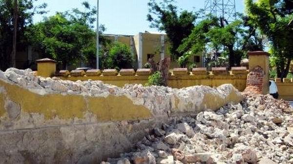 Muro perimetral en instalaciones del antiguo cuartel Moncada ocupadas por el canal Tele Turquino derribado por el huracán Sandy, quedará restaurado junto al restos de otras instalaciones dañadas antes del 26 de julio. Foto: Carlos Sanabia.