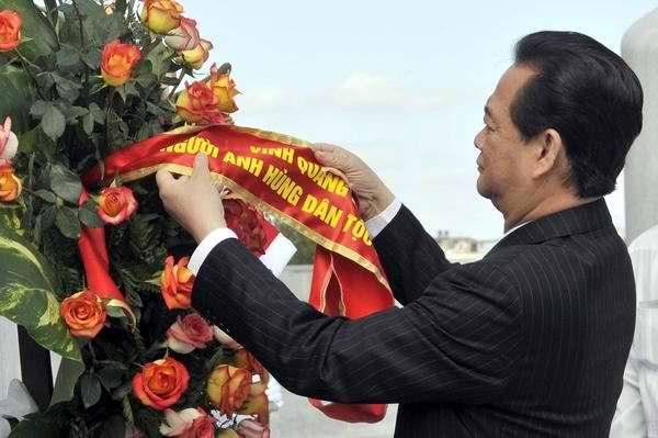 Primer Ministro de Vietnam, Nguyen Dan Tung, rinde tributo a José Martí. Foto Roberto Morejón
