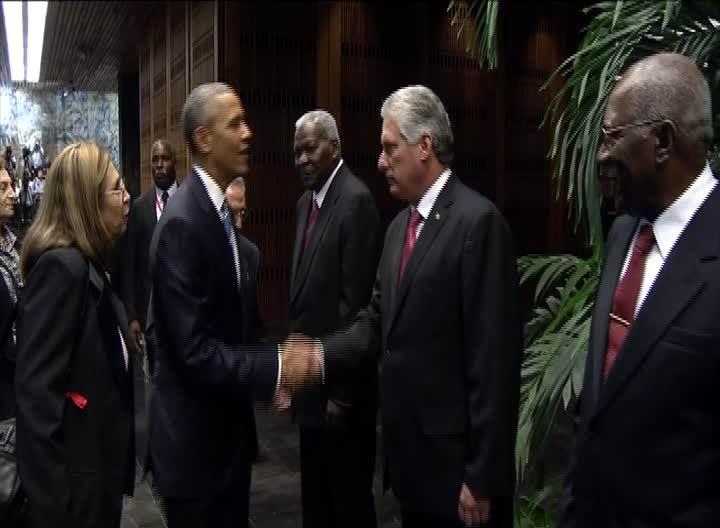 Tras el recibimiento oficial, Raúl y Obama saludaron a cada uno de los miembros de las respectivas delegaciones.