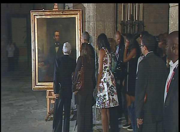 El mandatario estadounidense visitó el interior del Palacio de los Capitanes Generales donde admiró un cuadro de Abraham Lincoln. Foto: Twitter Rebelde