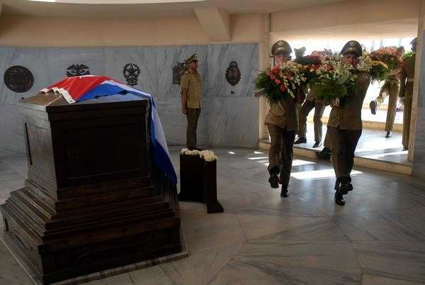Env�an Fidel y Ra�l ofrendas florales a Mart� (+Audio)