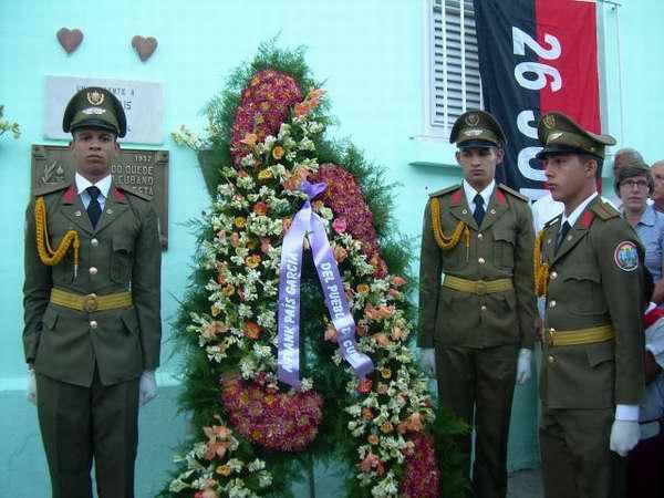 Simultáneamente, en la necrópolis acontecieron homenajes ante las tumbas de Frank País, Raúl Pujol, René Ramos Latour y los hermanos Díaz (Emiliano y Carlos).