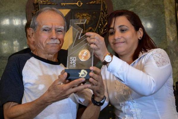Recibe Oscar López Rivera distinción de los jóvenes cubanos (+Audio)