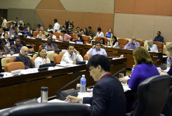 La necesidad de regular el ciberespacio, promover su legalización y fortalecer la educación al respecto, destacó el funcionario chino,  Li Tao .Foto: Abel Rojas Barallobre.