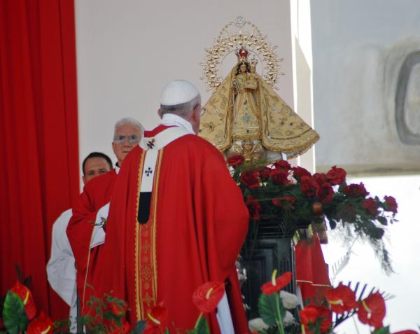 Oficia Santa Misa Su Santidad Papa Francisco, en la Plaza de la Revolución Calixto García, en Holguín, el 20 de septiembre de 2015, durante su visita Apostólica a Cuba. AIN FOTO/Juan Pablo CONTRERAS