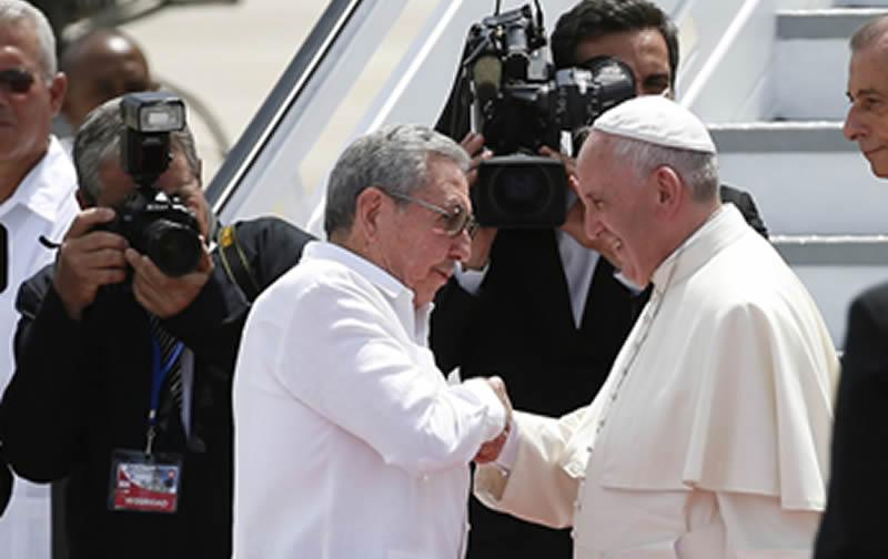 Raúl Castro ofrece calurosa despedida de al Papa Francisco.
