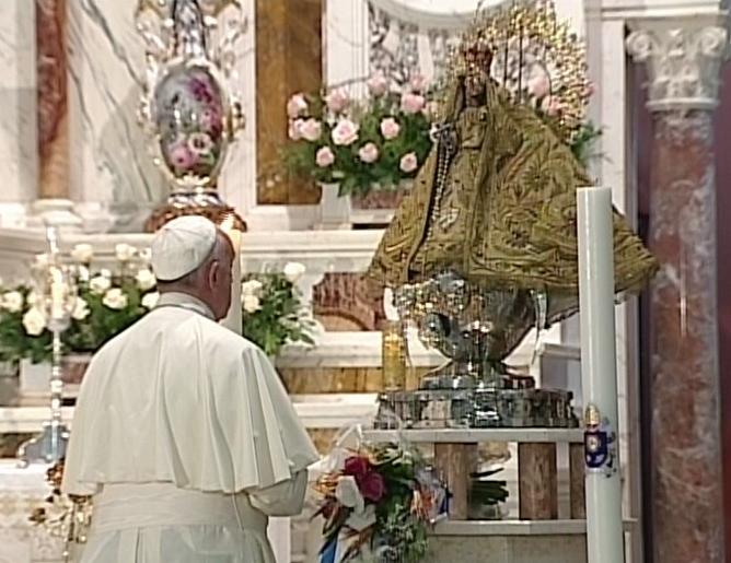 El Papa Francisco se adentró en la Basílica Menor del Santuario Nacional del Cobre para, justo delante de la rosa de oro ofrendada por el Papa Benedicto XVI en el 2012, dedicar la Oración personal a la Virgen de la Caridad