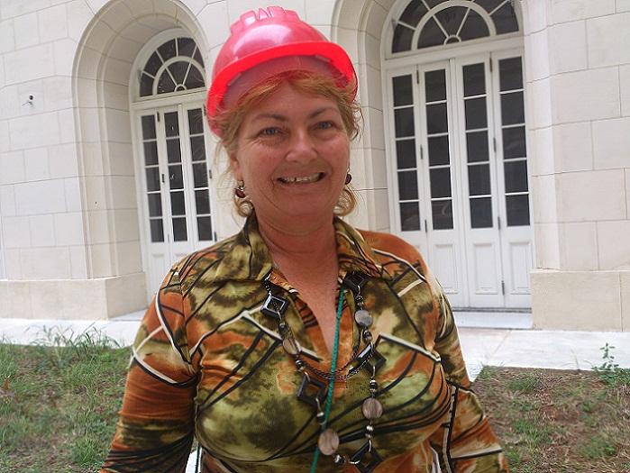 Manos de mujer en el Capitolio de La Habana