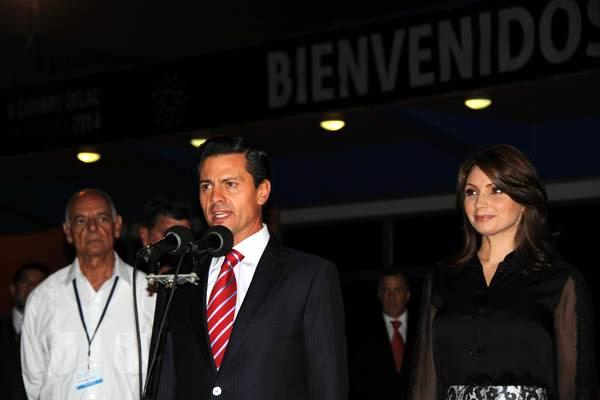 Enrique Peña Nieto (C), Presidente de los Estados Unidos Mexicanos, ofrece declaraciones a la prensa, a su llegada al Aeropuerto Internacional José Martí, en La Habana, Cuba, el 27 de enero de 2014, para participar en la II Cumbre de la Comunidad de Estados Latinoamericanos y Caribeños (Celac). AIN FOTO/Omara GARCÍA