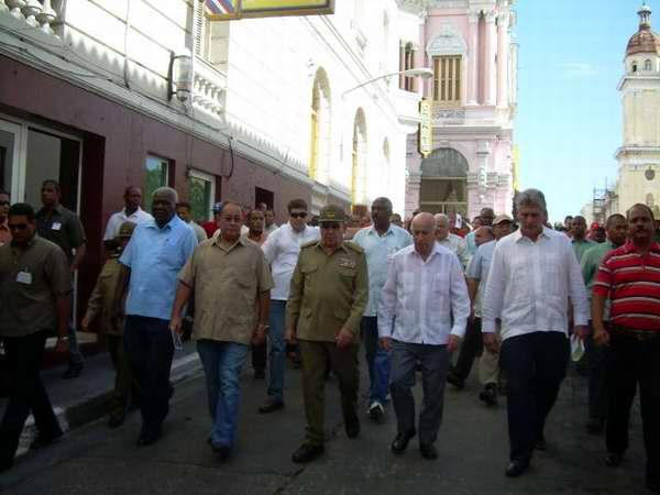 Peregrinación del pueblo santiaguero encabezado por el presidente cubano Raúl Castro y el primer vicepresidente, Machado Ventura